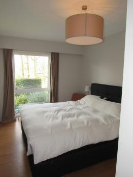 Appartement à Louer Uccle Fort Jaco 130m2 avec trois chambres, jardin et cusine suréquipée